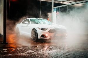Baltas automobilis
